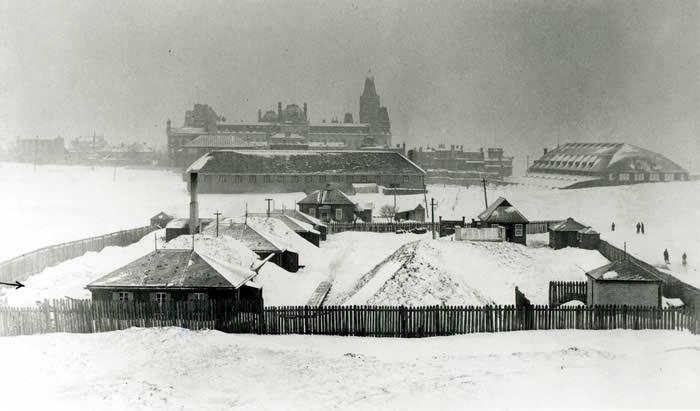 Le laboratoire de l'Arsenal sur les plaines d'Abraham; au fond à droite, le pavillon des patineurs