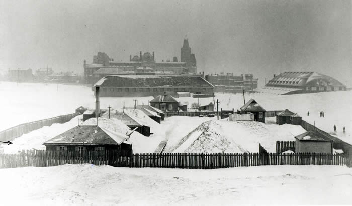 The Arsenal laboratory on the Plains of Abraham; background right, the Quebec Skating Rink.